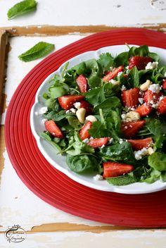 A união do sabor apimentado dos espinafres com a frescura e doçura dos morangos é deliciosa