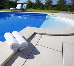 Beim Pool mauern sollte man Schritt für Schritt vorgehen. Der Blog-Artikel zeigt die Vorgehensweise vom Abstecken bis zum fertigen Pool.