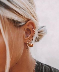 Trending Ear Piercing ideas for women. Ear Piercing Ideas and Piercing Unique Ear. Ear piercings can make you look totally different from the rest. Ear Jewelry, Cute Jewelry, Jewelry Accessories, Gold Jewelry, Gold Bracelets, Jewelry Ideas, Beaded Jewelry, Cartier Jewelry, Jewellery Earrings