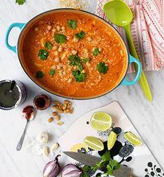 Curry, kokos, lime och jordnötter är en kombination som slår det mesta. Den här grytan är dessutom klar på ett litet kick.