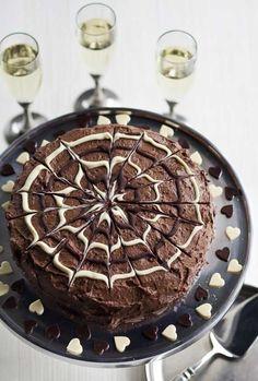 Halloween: chocolate cake with blackcurrant filling/suklaakakku mustaherukkatäytteellä