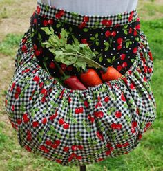 LOVE this apron idea! Garden Harvest Apron by TumbleweedJunction on Etsy Fabric Crafts, Sewing Crafts, Sewing Projects, Diy Crafts, Learn To Sew, How To Make, Sewing Aprons, Aprons Vintage, Vintage Purses