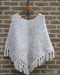 Stip & HAAK: Patroon poncho (deze wol is wol-acrylmix voor Patroon is met gedaan) Crochet Poncho Patterns, Crochet Scarves, Crochet Shawl, Crochet Clothes, Crochet Stitches, Crochet Woman, Love Crochet, Beautiful Crochet, Diy Crochet