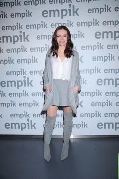 Anna Wendzikowska w białej bluzce i szarych kozakach