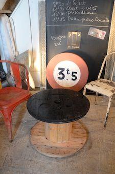 www.brocantedelabruyere.com  Touret ou bobine de cables en bois. Le dessus a été peint en noir. Peut s'utiliser à l'intérieur ou à l'extérieur.