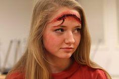 idée de maquillage Halloween femme simple - une fausse blessure ouverte et sanglante en gélatine
