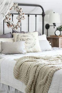 Gorgeous Rustic Farmhouse Master Bedroom Ideas 19