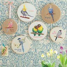 kraso [クラソ]|壁一面にまあるい鳥かご 鳥の楽園クロスステッチの会|フェリシモ