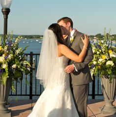 Summer Wedding Flowers - Outside wedding at the Molly Pitcher Inn, Red Bank, NJ>