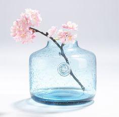 Ob Blumen oder Kunstpflanzen - diese Vase von Casa Nova setzt alle blumigen Dekorationen perfekt in Szene. Insgesamt besteht die Vase aus Glas und ist in Blau gehalten. Dabei besitzt sie eine breite Form und wird in Kombination mit einem schönen Blumenstrauß zum Hingucker im Raum. Durch die dezente Gestaltung kann die Vase in viele Einrichtungsstile integriert werden. Verleihen Sie Ihrem Zuhause mit Blumen einen fröhlichen Touch! Vase, Form, Inspiration, Home Decor, Decorating Ideas, Creative, Scene, Home Decor Accessories, Biblical Inspiration