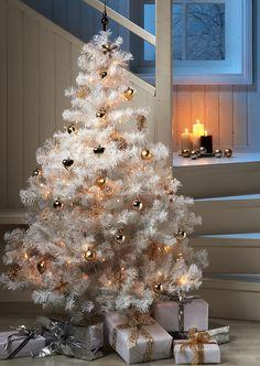 NetAnttila - Valkoinen joulukuusi | Joulukoristeet | Joulun hittikuusi on valkoinen. Koristele hillitysti vain yhdellä värillä trendikkääksi lopputulokseksi. Anttilalahjalista. #NetAnttila #Anttila