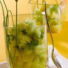 Salade de pommes de terre au concombre | Facile | Préparation 20mn - Cuisson 20mn | Ingrédients pour 4 personnes : • 1 kg de pommes de terre à chair ferme • 1 concombre • ½ bouquet de coriandre • 1 petite botte de ciboulette • 1 plaquette de bouillon de légumes • 6 CàS d'huile de noisette • 6 CàS de vinaigre de vin • 2 CàS de moutarde douce • sel • poivre