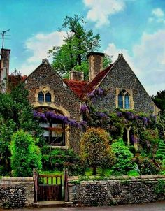 Classic Irish village house Like a fairy tale cottage! Irish Cottage, Cozy Cottage, Cottage Homes, Cottage Style, Cottage Gardens, Beautiful Homes, Beautiful Places, House Beautiful, Jardin Decor