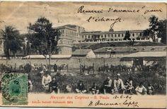 """1904 - O Mercado dos Caipiras, retratado em postal editado por Battelli Malusardi. No plano médio, próximo aos animais de carga, o mercado, que foi inaugurado em 1867, depois remodelado em 1907 e seria chamado de """"Mercado Novo"""", foi demolido entre 1938-39. Na parte superior, as """"costas"""" dos prédios do Pátio do Colégio, à direita o Palácio do Governo e à esquerda, com três andares, a Central de Polícia. Parte do torreão que aparece quase ao centro da imagem, é o da Assembléia Legislativa."""