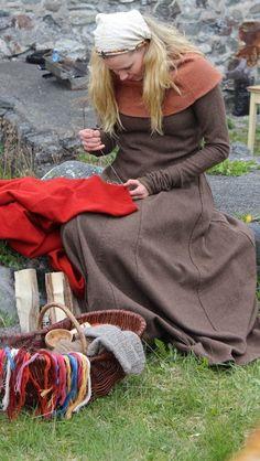 Familiedag på Steinvikholmen (Vikingsnitt) Viking Garb, Viking Reenactment, Viking Warrior, Viking Life, Viking Woman, Vikings, Norse Legend, Viking Culture, Medieval Dress