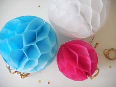 Honeycomb Pompons Put a party mood - Best Decor Designs Pastel Living Room, Honeycomb Paper, Leaf Cards, Arts And Crafts, Paper Crafts, Gold Ink, Paper Clip, Paper Decorations, Homemade Cards