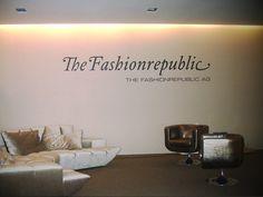 Eine Kundenlobby mit zurückhaltender, stilvoller Beschriftung. Der Logoschriftzug wurde im Plottverfahren aus hochwertiger Wanddekorfolie geschnitten.