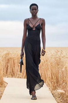 Retrouvez les photos du défilé Jacquemus Homme Printemps-été 2021, les meilleurs moments en vidéo, ainsi que les coulisses et les détails du show Style Haute Couture, Couture Fashion, Runway Fashion, High Fashion, Fashion Show, Fashion Trends, Fashion Week, Urban Fashion, Édito Vogue