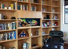 meuble bibliothèque en bois avec un petit aquarium rectangulaire encastré au milieu