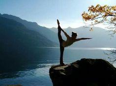 """En la practica de asanas el proceso meditativo ocurre principalmente en el momento que permanecemos """"sosteniendo"""" una postura pero sin exceso de esfuerzo. Es decir cuando el cuerpo no opone resistencia a la postura, sino sabe estar en ella con energía y con calma. Solo así puede surgir la capacidad contemplativa de la mente hacia el cuerpo, y en ese momento el cuerpo puede abrir sus secretos y la mente abraza estos secretos de forma abierta y amorosa."""