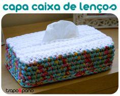 """Capa """"mimosa floral azul"""", feita em crochet com trapilho."""
