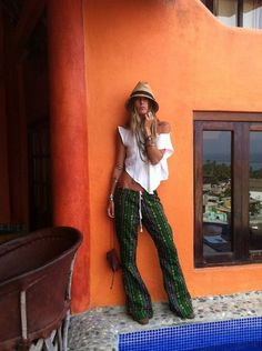 Boho Chic Summer Palazzo pants for a modern hippie look. For MORE Bohemian looks… Hippie Style, Look Hippie Chic, Ethno Style, Gypsy Style, Boho Gypsy, Bohemian Style, Hippie Bohemian, Bohemian Fashion, Bohemian Jewelry