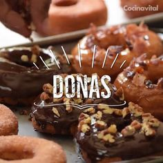 Donas caseras en aceite: miel maple, chocolate y azúcar Easily learn how to make homemade donuts in oil with this step-by-step recipe, cover them with maple syrup, chocolate and sugar and indulge all tastes Donut Recipes, Sweets Recipes, Mexican Food Recipes, Cookie Recipes, Delicious Desserts, Yummy Food, Tasty, Homemade Donuts, Pan Dulce