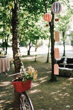allestimento con bicicletta vintage Wedding Decorations, Table Decorations, Travel Themes, Vintage Fashion, Vintage Style, Unique Weddings, Wind Chimes, Vintage Inspired, Anton