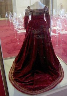 Back of the Pisa dress, the waistline does not come to a point. THE CRIMSON PISA DRESS, EARLY 1560s