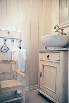 What an adorable vintage bath! #shabbychicbathroomssmall