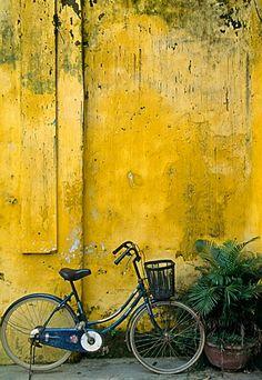 Old & yellow walls Photo Velo, Old Wall, Yellow Submarine, Yellow Walls, Mellow Yellow, Baby Yellow, Color Yellow, Jolie Photo, Shades Of Yellow