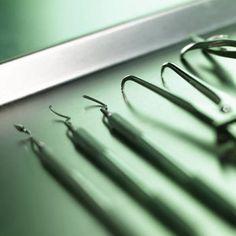 dental-instruments-on-tray