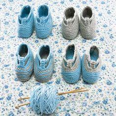 Chaussons pour bébé tricotés au point mousse avec pelotes de coton gris et bleu