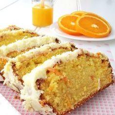 Ένα εύκολο, αφράτο και γευστικότατο κέικ πορτοκαλιού καλυμμένο με υπέροχη κρέμα με άρωμα πορτοκαλιού. Μια εύκολη, για αρχάριους, συνταγή (από εδώ) για ένα