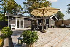 I et skønt sommerhusområde - tæt på både hyggelige skovområder, lækker sandstrand og Hornbæk by - finder man dette skønne sommerhus, der emmer af feriestemning.    Ejendommen er fra 1954, men er netop blevet gennemgribende renoveret med nyt køkken, vinduer, brændeovn mv. Ejendommen fremstår derfor nyistandsat og indflytningsklar. Huset er lyst med mange charmerende detaljer.    Med sine 56 kvadratmeter byder huset på entré med adgang til badeværelse, et lyst soveværelse samt et charmerende…