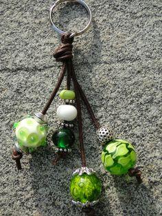 Keychain in green Handmade Keychains, Diy Keychain, Jewelry Tags, Beaded Jewelry, Jewellery, Bead Crafts, Jewelry Crafts, Diy Jewelry Making, Jewelry Organization