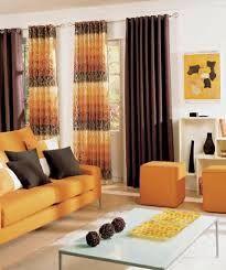 sala decorada naranja marrón
