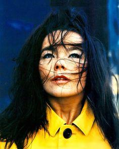 Björk photographed by Anton Corbijn Filmregisseur, Britney Spears, Portretfotografie, Kleurenfotografie, Mensen, Beautiful, Popmuziek, Zangers, Artiesten