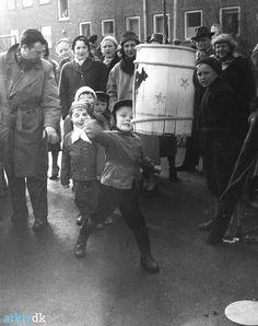 Fastelavn på legepladsen i Engparken omk. 1960. Dragør