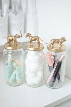 """IDEAS DE BRICOLAJE Y DIY PARA EL CUARTO DE BAÑO -Botes decorados y pintados para el baño: Dale un toque """"Glam"""" a tu baño con estos botes con efecto oro. Puedes usar cualquier bote de cristal (legumbres, mermelada, etc.), un poco de pintura en spray y unos animalitos de plástico. Si no te gusta este acabado, puedes usar cualquier otro color que conjunte con la decoración del baño."""