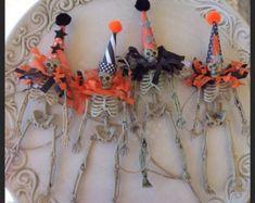 halloween Decoration Skeleton Garland Halloween by JeanKnee Halloween Skeleton Decorations, Halloween Trees, Halloween Skeletons, Halloween Projects, Holidays Halloween, Halloween House, Vintage Halloween, Halloween Crafts, Holiday Crafts