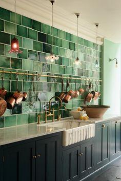 As panelas de cobre se destacam na parede verde (Foto: Devol Kitchens / divulgação) Home Decor Kitchen, Kitchen Furniture, New Kitchen, Kitchen Dining, Design Kitchen, Simple Furniture, Green Kitchen Interior, Dark Green Kitchen, Garden Furniture