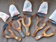 Tirachinas de juguete de madera con pompones por TweetToys en Etsy