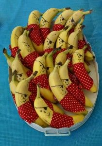 These would be adorable in lunch boxes! Pirate Bananas pirate party food (from Grubby Little Faces) #backtoschool