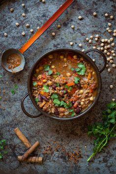 Misschien wel het ultieme comfort food; chili con carne. Deze versie van Jamie Oliver is makkelijk en perfect om er meer van te maken en in te vriezen!