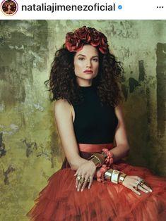 Natalia Jimenez, famous Latin singer, in a beautiful headdress. Benjamin Bratt, Fashion Shoot, Editorial Fashion, Boho Fashion, Natalia Jimenez, Hair Icon, Hollywood, Famous Girls, Floral Crown