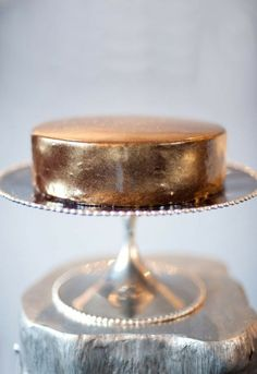Golden Cake // Amazing - I want to put real flowers on it for contrast