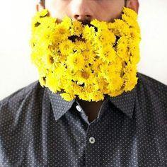 23 hommes ont décidé de décorer leurs barbes avec des fleurs pour fêter l'arrivée du printemps... Fallait y penser !