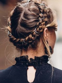 8 Halo Braid Hairstyles That Look Fresh And Elegant. It doesn't matter if you're into messy hair, buns, headbands or half updos. Concert Hairstyles, Bun Hairstyles For Long Hair, Twist Hairstyles, Pretty Hairstyles, Halo Hairstyle, Messy Braided Hairstyles, Teenage Hairstyles, Wedding Hairstyles, Hair Bun Maker