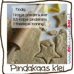 """Een leuke voorjaarsvakantie tip van De Knutselbox redactie: je eigen klei maken van pindakaas, LEUK, en LEKKER! Kneed alle ingrediënten door elkaar (wanneer de klei plakkerig blijft iets meer poedersuiker toevoegen). En na het spelen met de klei even in de oven (180 graden, 10 min.) en lekker smullen maar. Extra lekker: doop de blokjes """"klei"""" in de haver voordat ze in de oven gaan."""